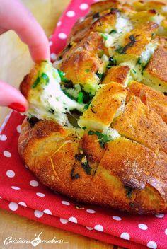 Pain à l'ail : - 1 « boule » de pain - 2 boules de mozzarella - 2 cc d'ail Ducros - 3 ou 4 branches de persil frisé - 60 g de beurre demi-sel fondu - Sel, Poivre