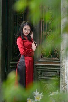 Burgundy Ao Dai Silk Dress, Black Satin Pant, Tailor made clothes - Hien Thao Shop Vietnamese Traditional Dress, Vietnamese Dress, Traditional Dresses, Black Satin Dress, Satin Dresses, Girls Foto, Asia Girl, Beautiful Asian Women, Exotic Women