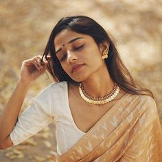 Want to look best in simple sarees? Do check out this brands collection. Simple Saree Designs, Simple Sarees, Diva Fashion, Asian Fashion, Indian Beauty Saree, Indian Sarees, Pakistani, Saree Poses, Beautiful Haircuts