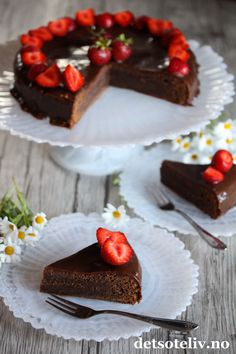Konfektkake med melkesjokolade og jordbær | Det søte liv Desserts, Food, Tailgate Desserts, Deserts, Essen, Dessert, Yemek, Food Deserts, Meals