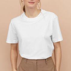 11 Prendas básicas que TODAS deberíamos tener en nuestro armario. Aesthetic T Shirts, Aesthetic Clothes, Tshirt Photography, White Tee Shirts, Shirt Mockup, Korea Fashion, Tee Design, Mens Tees, Shirt Outfit