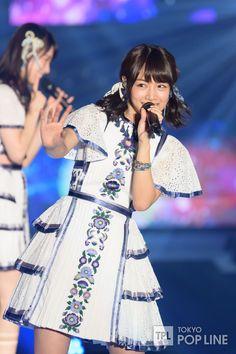 乃木坂46が8日、東京・渋谷の国立代々木競技場第一体育館で開催されたファッション&音楽イベント「GirlsAward 2016 AUTUMN / WINTER by マイナビ」に登場した。 乃木坂46のライブでおなじみのオープニングSE「overture」が鳴り響くと約3万人が詰めかけた会場は大歓声に包まれた。 この夏リリースした最新シングル「裸足でSummer」でライブをスタート。 イベントの大トリを務めた乃木坂46は、ライブ出演までにメンバー9人がランウェイを歩いていたが、「あらためまして、乃木坂46です」と16人で挨拶。 同楽曲でセンターを務めた齋藤飛鳥が「GirlsAwardでライブのパフォーマンスをさせていただくのがなんと8回目ということで、史上最多出場となっております」と話すと会場からひときわ大きな声援が贈られた。続けて「今日はまさかのトリを任せていただいているということで、メンバーみんなちょっと緊張しているんですが、皆さん頭から盛り上がってくださり、ありがとうございます」と頭を下げた。 「GirlsAward最後の最後なので、皆さんまだ少し残ってい... Short Sleeve Dresses, Dresses With Sleeves, Victorian, Costumes, Celebrities, Pretty, Fashion, Outfits, Moda