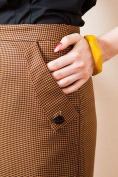 Billedresultat for fabric manipulation pockets Sleeve Designs, Shirt Designs, Sewing Pockets, Modele Hijab, Fashion Details, Fashion Design, Winter Skirt, Fabric Manipulation, 1950s Fashion