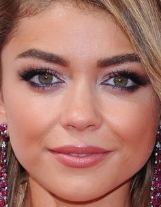 Close-up of Sarah Hyland at the 2015 Emmy Awards. http://beautyeditor.ca/2015/09/21/emmy-awards-2015