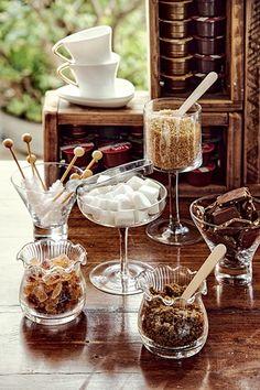Juntar todos os complementos do chá em um mesmo cantinho evita confusão na mesa e fica lindo | Cacá Bratke/Editora Globo | teatime | coffee time | sugar and chocolate