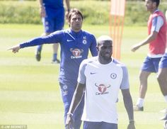 Tiemoue Bakayoko walks around in Chelsea training as Antonio Conte directs his players Chelsea Football Team, Football Soccer, Antonio Conte, Walks, Legends, Training, Sports, Hs Sports, Work Outs