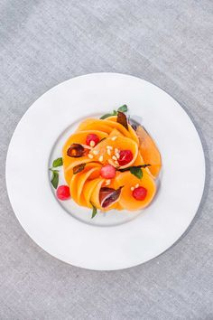 Melon de Cavaillon mariné au muscat et menthe du potager, billes de pastèque et magret de canard du Sud-Ouest fumé