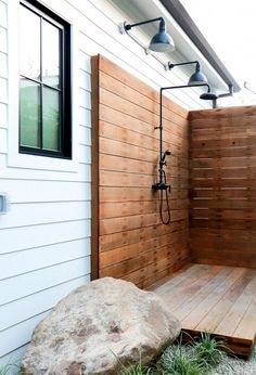 Beautiful DIY Outdoor Shower Ideas For The Best Summer Time DIY Projects The purpose of outside showers is to provide a place for your guests to step out of the water and be dry. They are a great way to build excitement at . Outdoor Baths, Outdoor Bathrooms, Outdoor Rooms, Outdoor Kitchens, Indoor Outdoor, Chic Bathrooms, Outside Showers, Outdoor Showers, Haus Am See