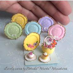 Mini pretty little plates Mini Kitchen, Miniature Kitchen, Miniature Crafts, Miniature Food, Miniature Dolls, Miniature Houses, Miniature Furniture, Dollhouse Furniture, Barbie Furniture