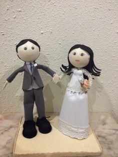 Fofuchos novios, él con chaqué con chaleco gris y ella con vestido de novia con tela.