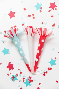 Dress up those boring poppers with these fun DIY of July party poppers. 4th July Crafts, Fourth Of July Decor, 4th Of July Party, July 4th, 4th Of July Wreath, Diy Party Poppers, Patriotic Table Decorations, Popsicle Stick Crafts, Patriotic Party