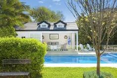 Aussie devotees of Hamptons style will instantly recognise this gorgeous pool house. It was featured in Australian House and Garden magazin. Die Hamptons, Hamptons Style Homes, Hampton Pool, Empire Romain, Pool Cabana, Australian Homes, Selling Real Estate, Summer Diy, Pool Houses