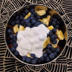 Breakfast or lunch option: banana, blueberries, almonds & coconut cream. You could also use yoghurt made from coconut (check no added sugar). [In NZ I've found the Doctors Choice Dairy Free bio yoghurt from Commonsense Organics to be absolutely delicious] Whole 30 Lunch, Whole 30 Breakfast, Paleo Whole 30, Whole 30 Recipes, Clean Eating Desserts, Healthy Eating, Carb Free Diet, Whole Food Diet, Paleo Dessert