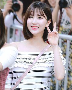 Daily Eunha #73 Found here South Korean Girls, Korean Girl Groups, Jung Eun Bi, Asian Woman, Asian Beauty, Ulzzang, Celebrities, Lady, Cute