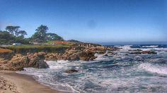 A 17 Mile Drive entre Monterey e Carmel na California é sem dúvida um dos pedaços de estrada mais bonitos que já percorremos. Mesmo sendo em um condomínio é aberta ao público mas é paga - e vale a pena! #malasepanelas #california #eua #fotodeviagem #estrada #17miledrive #mar #viagem #latergram #instatravel #travelgram