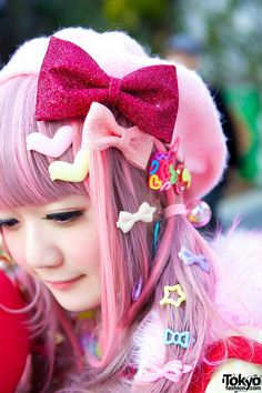 "Mepura she is wearing a 6%DokiDoki top, tulle skirt/tutu and jacket. Her heart-shaped bag with lots of Kuroko no Basuke (Kuroko's Basketball) manga pins is from G2. She bought her heeled, three-straps shoes in Harajuku. She is also wearing colorful accessories, some of which came from her favorite shop 6%DokiDoki – including decora hair pins, necklaces, brooches, a beret and bow print tights. She's carrying a Rakuzan High ""Akashi"" plush doll."