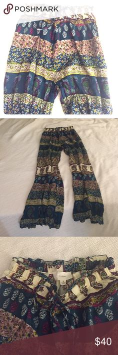 High rise, wide leg, boho print soft pants Multi color. Flare at bottom. Super comfy! Can be dressed up or down. Fits a size 25/26 as a loose, soft pant. Never worn! en creme Pants