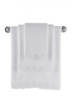 Stuprocentowa czesana bawełna z antybakteryjną obróbką ucieszy wszystkich, którzy uwielbiają prawdziwą jakość. Do ręcznika o wymiarach 85x150cm, można również dokupić luksusowy damski szlafrok lub klasyczny ręcznik 50x100cm ANGELIC lub 32x50 cm, także z tych produktów możecie utworzyć naprawdę wspaniałą kolekcję.