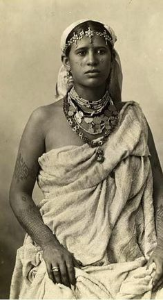 Collected photographs of young women of Morocco during the 1930s and 1940s. Kaftans, djellabas, andtakchitas…! Put your balghaon and take a stroll through the streets of Morocco… Above, a young bride.