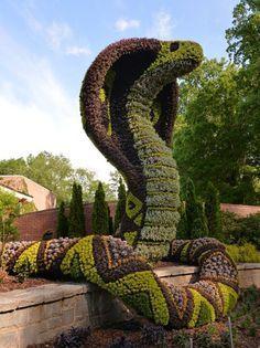Um jardim encantado de verdade. Exposição ao ar livre Imaginary Worlds. Esculturas verdes no Jardim Botânico de Atlanta, na Geórgia, USA.