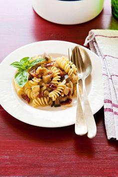 Ingredienti per 2:  - 160 gr. di fusilli  - 1 melanzane tonda media  - 20 gr. di pomodori secchi  - 1 cipolla piccola  - 1 spicchio d'aglio  - Pinoli una manciata  - Basilico e timo fresco  - Olio extravergine d'oliva  - Sale  http://www.mentaeliquirizia.com/2012/08/fusilli-con-melanzane-pomodori-secchi-e.html?showComment=1345200522633#