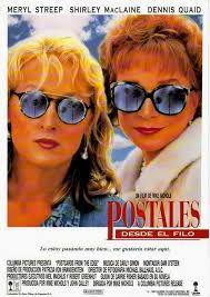 Postales desde el filo (1990) por Mike Nichols. Retrata la historia de una actriz de Hollywood adicta a las drogas. Tras ser ingresada en una clínica a causa de una sobredosis de cocaína, y recién salida de una clínica de desintoxicación, los jefes del estudio la obligan, como condición para continuar con su trabajo, a vivir con su madre, una famosa actriz de los años 50 y 60 que siempre ha creado un ambiente de sobreprotección en torno a su hija. Carrie Fisher, Meryl Streep, Mirrored Sunglasses, Sunglasses Women, Shirley Maclaine, Actrices Hollywood, Wayfarer, Style, Large Women