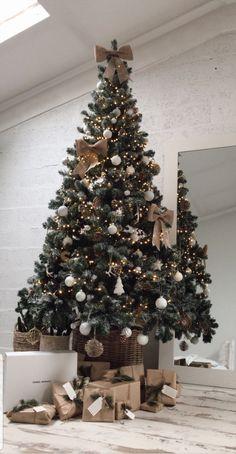 @Lisa germaneau Pretty Christmas Trees, Christmas Tree Design, Noel Christmas, Xmas Tree, Beautiful Christmas, Christmas Tree Decorations, Christmas Gift Wrapping, Christmas Presents, Minimalist Christmas Tree