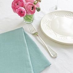 Very chic. Linen Tablecloth, Linen Napkins, Table Linens, Antique Plates, Ceramic Plates, Royal Table, Japanese Dinner, Eye Pattern, White Dinner Plates