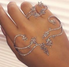Rings and hand jewelry Hand Jewelry, Body Jewellery, Cute Jewelry, Jewelry Box, Jewelry Rings, Jewelry Accessories, Fashion Accessories, Jewelry Design, Fashion Jewelry