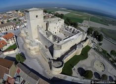 Castillo de Portillo Spain And Portugal, Spain Travel, Paris Skyline, Mansions, House Styles, World, Rey Enrique, Chateaus, Iglesias