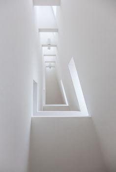 Frankfurt (Museum of Modern Art, Hans Hollein) Minimalist Interior, Minimalist Design, Arch Light, Interior Architecture, Interior Design, White Spirit, Black Curtains, White Rooms, Museum Of Modern Art