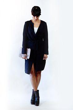 Suede (goat) navy kleurige jas, met suede koord. Kan zowel als tussenjas en als jurk, met bijv een t-shirt jurkje eronder, gedragen worden. Details: aan 1 kant een rever, suède koordje om te sluiten, 1 zakje