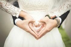 hochzeitsfotos ideen ehepaar brautpaar herz mit den händen