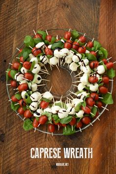 Make a Caprese Wreath for a delicious and festive appetizer to serve at your next holiday party! A basic caprese salad served in a colorful wreath. Holiday Party Appetizers, Appetizers For Kids, Snacks Für Party, Finger Food Appetizers, Appetizer Recipes, Finger Foods, Holiday Parties, Caprese Appetizer, Antipasto Skewers
