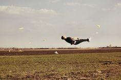 Fotógrafo mostra pessoas levitando