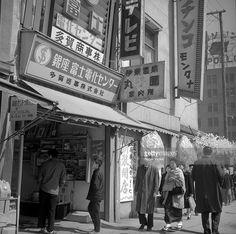 Fotografía de noticias : Tokyo . A commercial street. March 1962. RV