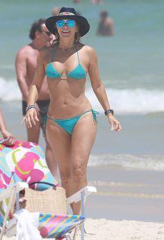 Perfeição define?!? Christine Fernandes exibe boa forma em dia de praia! http://revistaquem.globo.com/QUEM-News/noticia/2015/01/christine-fernandes-exibe-boa-forma-em-dia-de-praia.html#
