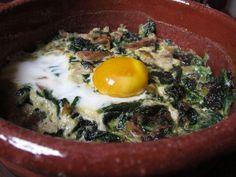 huevos al horno con espinacas, setas y queso de cabra
