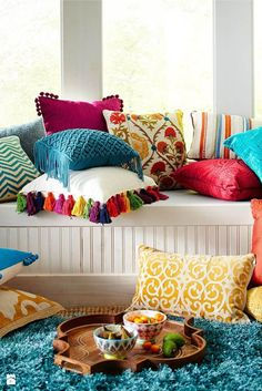 Bright And Colorful Living Room Designs Mix Colourful living room - Love these boho cushions!Mix Colourful living room - Love these boho cushions! Colourful Living Room, Bright Living Room Decor, Living Room Decor India, Colourful Home, Colourful Bedroom, Colorful Rooms, Boho Chic Living Room, Diy Casa, Deco Boheme