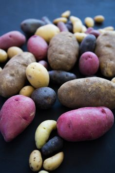 There are over 5000 potato varieties worldwide. Potato Types, Types Of Potatoes, What Is Purple, Potato Varieties, Food Art, Knowledge, Good Things, Texture, Vegetables