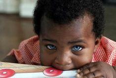 sauf un bebe peau noire et les yeux bleus !!o.O
