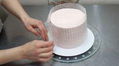 Dnes jsme si pro vás připravili zajímavý nápad na netradiční dekoraci. Jedná se o zdobení dortu čokoládou. Potřebujete k tomu jen bublinkovou fólii a rozpuštěnou čokoládu. Úspěch dalších kroků zavísí jen na vaší šikovnosti. Manipulace s tímto materiálem si rozhodně žádá přesné ruce chirurga!