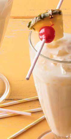 Tropisches Sommerfeeling mit Kokosmilch und Ananas! Der Cocktail-Klassiker Piña Colada schmeckt auch ohne Alkohol nach Sommer pur. Zum REWE Rezept geht's hier » https://www.rewe.de/rezepte/alkoholfreie-pina-colada/