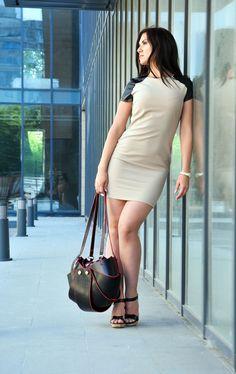 Женская сумка «Shell» имеет овальную форму, конструкция которой уменьшает горловину, а вместимость изделия увеличивается, эта разница и отличает модель «Shell» от модели «Орешек». Материалы верха могут быть исполнены по Вашему желанию - эко кожа (Италия), которая устойчива к истиранию - 4/5gs, или натуральная кожа, нубук, замш. Вместимость сумки почти равна ее диаметру. Внутри один карман на замке. Ремешки ручек регулируются по длине. Стандартный размер: 35x35x25