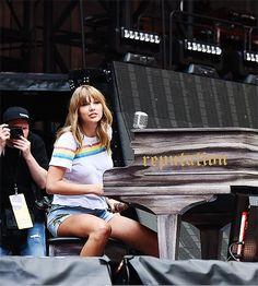 Taylor Swift am Klavier Bae, Swift Photo, Taylor Alison Swift, Taylor Swift Funny, Moisturizer For Dry Skin, American Singers, My Idol, Queens, Most Beautiful