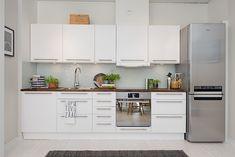 Un très joli deux pièces suédois de 55 m², aéré et serein. Nous y retrouvons tous les éléments qui font le succès des intérieurs suédois, une alliance de blancs et de noirs graphiques, du bois, des tissus et des matières chaleureuses, un peu de bleu, de l'industriel vintage, bref un total look comme on les aime.