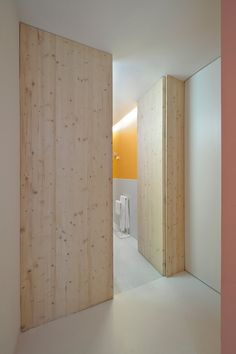 Une porte qui joue à cache-cache avec le mur.