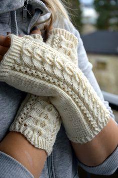 KARDEMUMMAN TALO: Kämmekkäät pitsillä Crochet Gloves Pattern, Knitted Gloves, Fingerless Gloves, Knitting Socks, Knit Socks, Tunisian Crochet, Knit Crochet, Marimekko, Arm Warmers