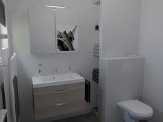Ontwerp van kleine badkamer (203x228cm) met tegels in een natuursteen look. Doorlopende zitbank tot in de inloopdouche. www.sani-bouw.nl, uw webshop voor tegels, sanitair, installatiemateriaal en bouwmaterialen. Advies en gratis 3d badkamer ontwerpen door échte badkamerspecialisten.