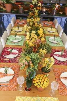 festive colors with a symmetrical design makes a cohesive look with vibrant hues Table Place Settings, Beautiful Table Settings, Table Setting Inspiration, Table Arrangements, Deco Table, Holiday Tables, Decoration Table, Mellow Yellow, Dinner Table